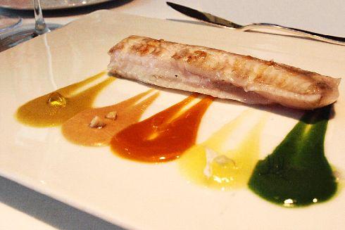 Демонстрационное блюдо - рыбка с пятью видами соусов