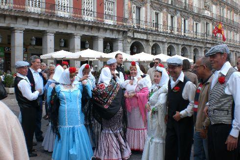 Местные жители одеваются по этому случаю в традиционные костюмы