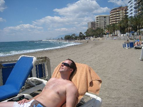Солнечные ванны на пляже Марбельи в мае