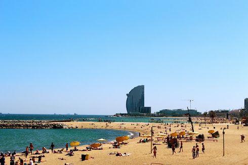 В сентябре на Барселонских пляжах ещё купаются, температура воды составляет примерно +24 °C