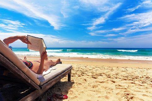 Октябрьская погода ещё способствует купанию и загоранию на пляже
