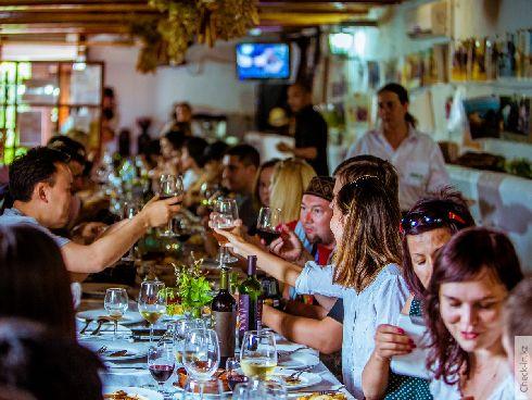Испанцы любят общаться и у них крепкие семейные узы (Фото с check-in.kz)
