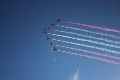 Воздушное шоу: патрульные самолёты раскрашивают небо в цвета национального флага
