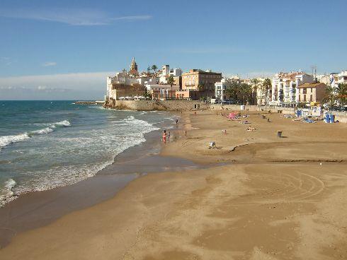 В мае желающих искупаться в Барселоне становится все больше, хотя водичка еще прохладная