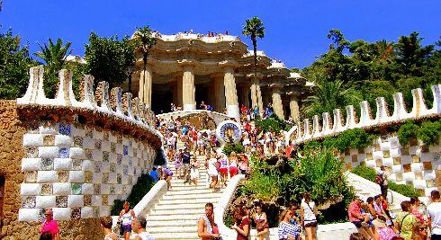 В Барслоне в мае начинается настоящий туристический бум, поэтому планировать поездку нужно заранее!