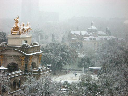 Погода в Барселоне преимущественно теплая, а снег бывает очень редко и в основном в феврале (как, напр, в 2012 и 2013 года)