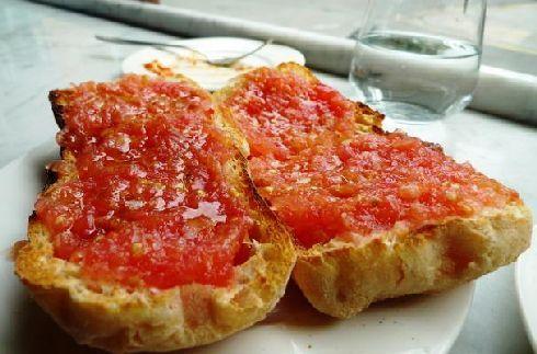 Попробуйте фирменные испанские блюда, например,  Pan con tomate!