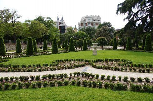 Парк Ретиро - идеальное место, чтобы охладиться и понежиться на мадридском солнце