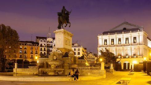 Выпейте кофе на площади Пласа-де-Ориенте с видом на оперу и дворец!