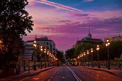 Встретьте пробуждение солнца на террасе одного из уличных кафе!