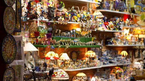 В Барселоне есть сотни различных тематических сувенирчиков - выберите то, что Вам больше по вкусу