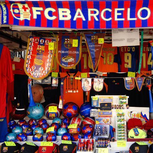 Для большинства мужчин отличным подарком будет футболка одноименного футбольного клуба Барселоны