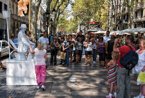 Улица Ла Рамбла - здесь всегда весело