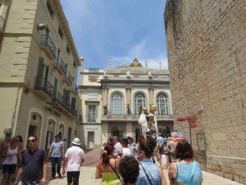 Однако Каталония не ограничивается лишь одной Барселоной - обязательно посетите пусть и менее известные городки, но не менее очаровательные, такие, как Фигерас