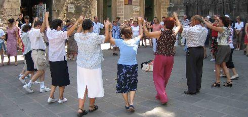 Танцующие испанцы - нередкое зрелище на улицах страны