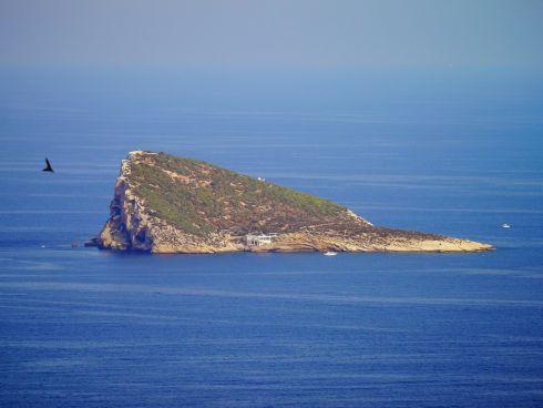 А всего в 2-х километрах находится остров Ля-Исла-де-Бенидорм, где можно насладиться уединением и дикой природой, позагорав на голых скалах и искупавшись в тихой бухте